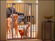 Zábrana dveřní DOG BARRIER vnitřní s integrovanými dvířky 107 cm (1ks)